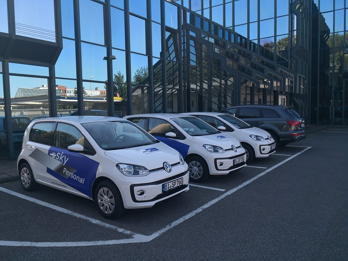 sky Personal Firmenfahrzeuge vor der Hauptverwaltung in Bielefeld